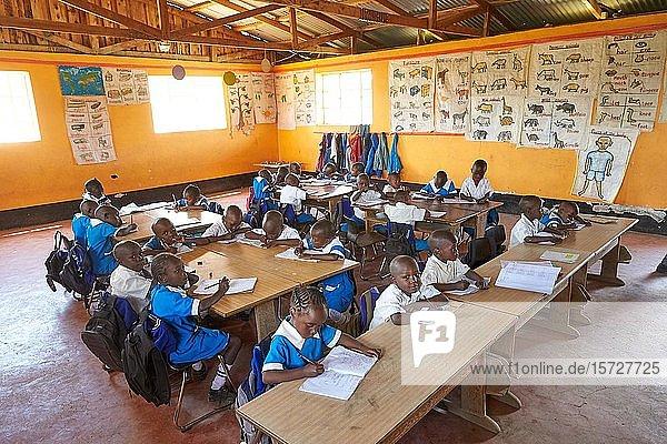 Schülerinnen und Schüler in der Vorschule beim Unterricht  Mirisa-Academy  Nakuru  Kenia  Afrika
