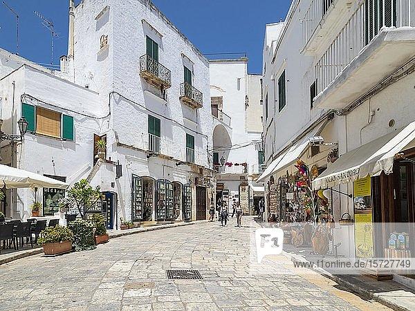 Einkaufsstraße durch die weiße Altstadt  Bergdorf  Ostuni  Apulien  Italien  Europa