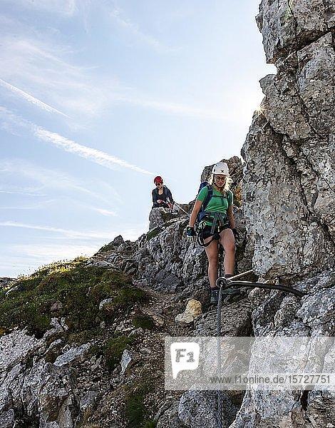Bergsteigerinnen an einem gesicherten Klettersteig  Mittenwalder Höhenweg  Karwendelgebirge  Mittenwald  Deutschland  Europa