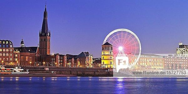 Rheinufer mit St. Lambertus  Schlossturm und Riesenrad Wheel of Vision zur blauen Stunde  Düsseldorf  Nordrhein-Westfalen  Deutschland  Europa