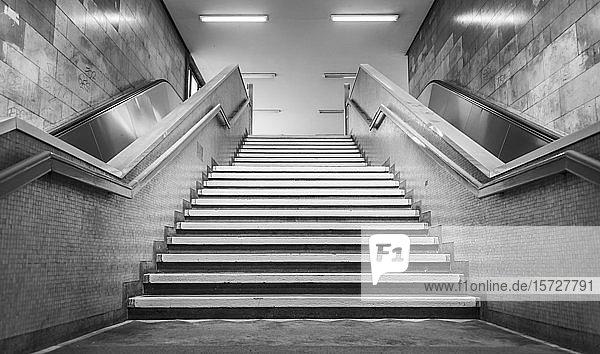 Schwarz-weiß  Treppenaufgang einer U-Bahn Station  Berlin  Deutschland  Europa