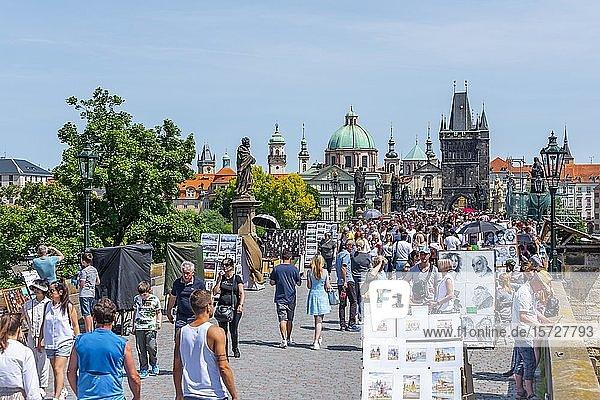 Menschenmenge  Touristen auf der Karlsbrücke  Altstädter Brückenturm und Kuppel der Kreuzherrenkirche  Prag  Böhmen  Tschechien  Europa