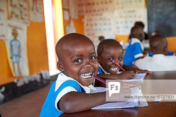 Vorschule  Schülerinnen und Schüler beim Unterricht im Klassenzimmer  Mirisa-Academy  Nakuru  Kenia  Afrika