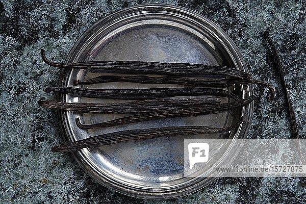 Vanilleschoten (Vanilla planifolia) in einer Schale  Indien  Asien