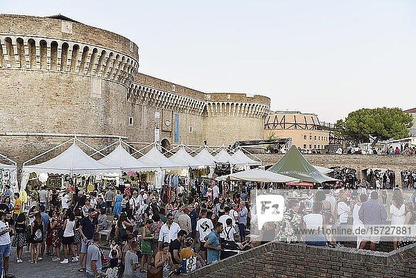 Verkaufsstände  Summer Jamboree  Rock'n'Roll Festival  Festungsanlage  Rocca Roveresca di Senigallia  Senigallia  Provinz Ancona  Marken  Italien  Europa