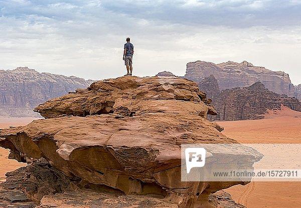 Auf einem Felsen stehender Tourist  Wadi Rum Wüste  Jordanien  Asien