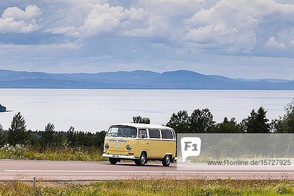 VW Bus 221 Baujahr 1971  Bulli  hinten der Siljan-See  bei Rättvik  Dalarna  Schweden  Europa