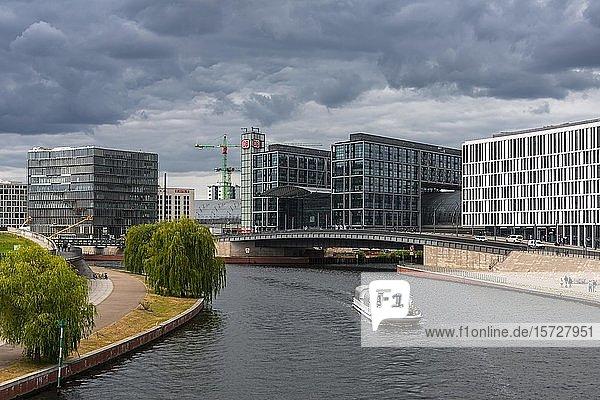 Ausflugsboot auf der Spree  hinten Berliner Hauptbahnhof  Berlin  Deutschland  Europa