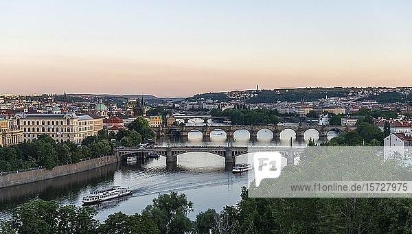 Stadtansicht  Brücken über Fluss Moldau  Karlsbrücke mit Altstädter Brückenturm und Wasserturm  Abenddämmerung  Prag  Böhmen  Tschechien  Europa
