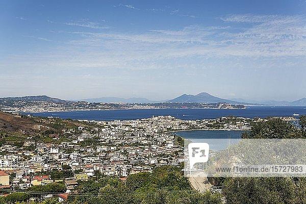 Kap Miseno mit Lago Miseno  Golf von Pozzuoli  im Hintergrund Vesuv  Neapel  Kampanien  Italien  Europa