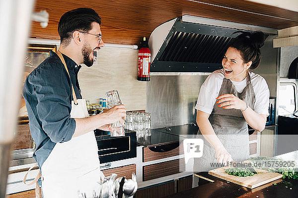 Unternehmer und Unternehmerinnen lachend im Speisewagen stehend