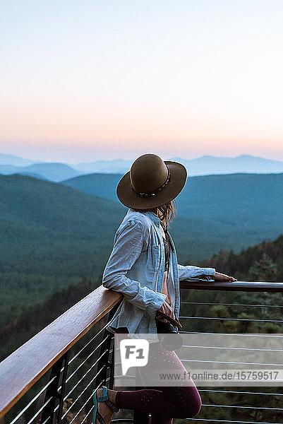 Frau genießt Sonnenuntergang  Payson  Mogollon Rim  Arizona  Vereinigte Staaten