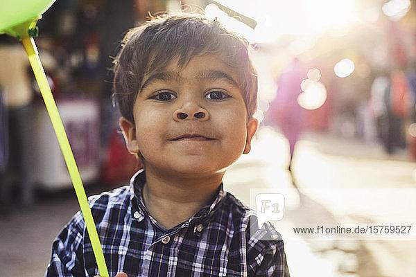 Kleiner Junge mit Ballon beim Basarspaziergang