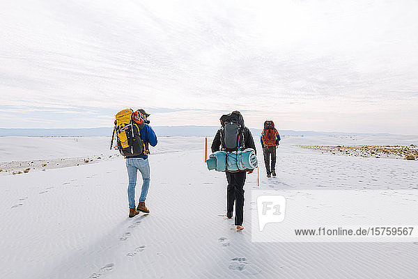 Wanderer auf dem White Sands National Monument  New Mexico  USA