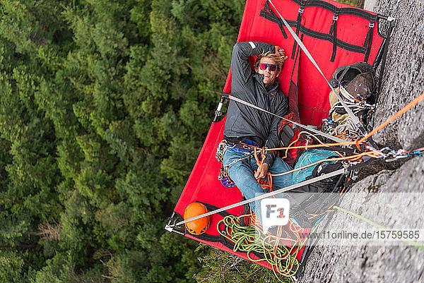 Bergsteiger  der sich auf Portalen ausruht  Trad-Klettern  Stawamus Chief  Sea to Sky-Korridor  Squamish  Britisch-Kolumbien  Kanada