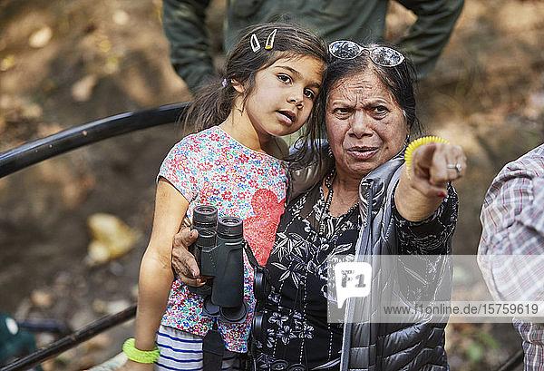 Großmutter zeigt auf sie und zeigt ihrer Enkelin etwas in der Ferne