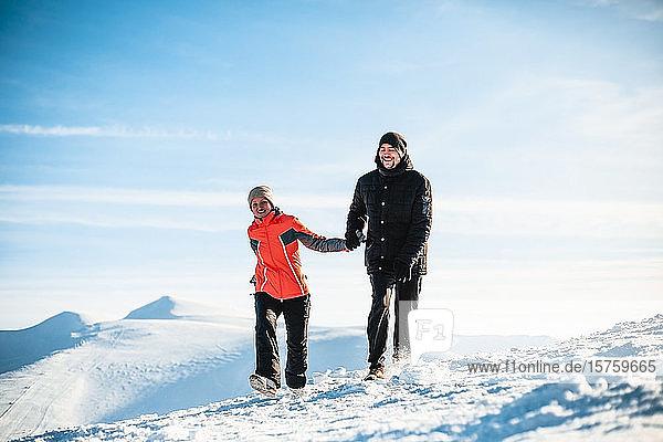 Paar wandert auf Schnee  Karpaten  Ukraine