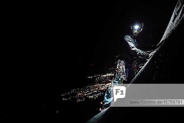 Ein Mann  der nachts mit Helm und Scheinwerfer klettert  Squamish  Britisch-Kolumbien  Kanada