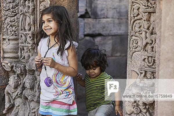 Geschwister erkunden Tempel  Bhopal  Madhya Pradesh  Indien