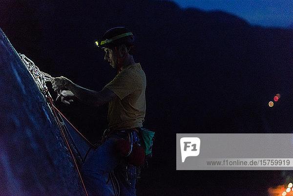 Eine Person klettert nachts mit Helm und Scheinwerfer  Squamish  Britisch-Kolumbien  Kanada