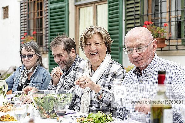 Seniorenpaare beim Familienessen im Freien  Florenz  Italien