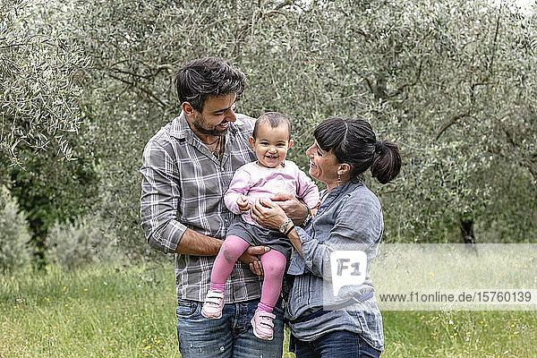 Paar mit kleinem Mädchen im Garten  Florenz  Italien
