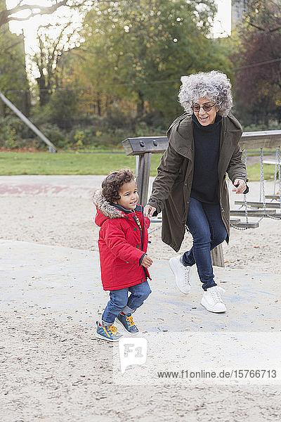 Großmutter und Enkel laufen im Park