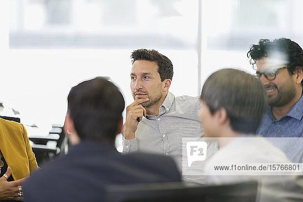 Konzentriertes Zuhören eines Geschäftsmannes in einem Konferenzraum