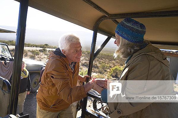 Älteres Paar steigt in Safari-Geländewagen ein