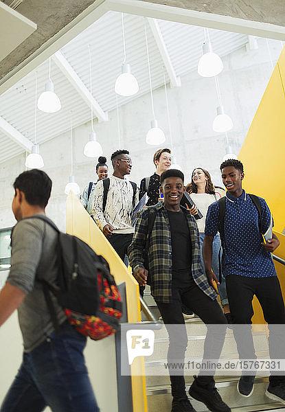 Schüler der Sekundarstufe II steigen die Treppe hinunter