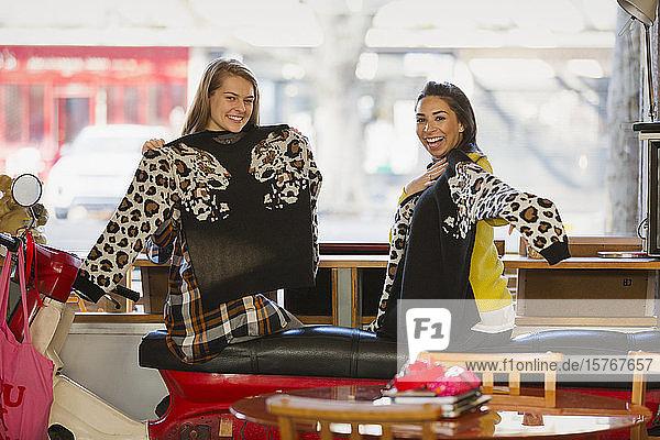 Porträt glückliche junge Frauen Freunde mit passenden Pullover in Cafe