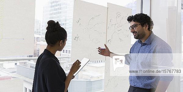 Kreative Geschäftsleute beim Brainstorming im Büro