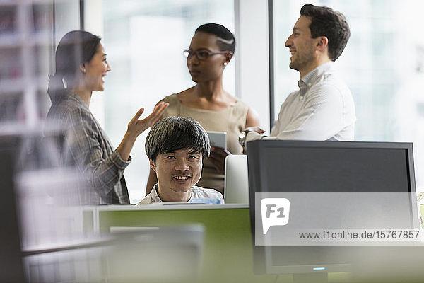 Porträt selbstbewusster Geschäftsmann bei der Arbeit am Computer im Büro