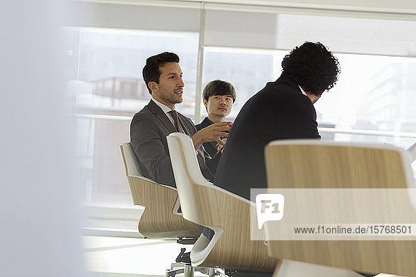 Geschäftsmann im Gespräch im Konferenzraum