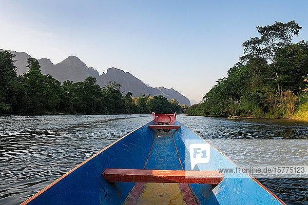 Nam Song River  ein Boot auf dem Wasser bei Vang Vieng  Laos