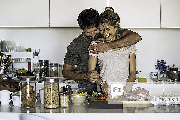 Ehepaar bereitet Essen in der Küche vor