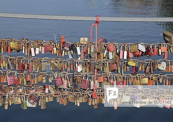 Vorhängeschlösser an Brückengeländer