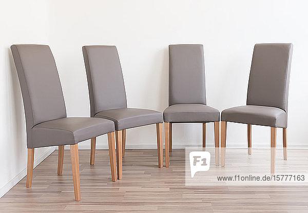 Zwei Stühle stehen sich gegenüber