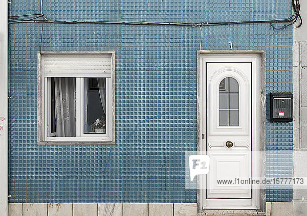 Fassade mit blauen Fliesen