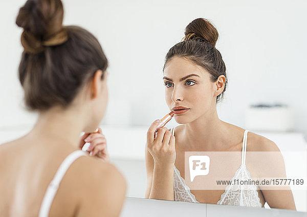 Frau beim Lippen schminken