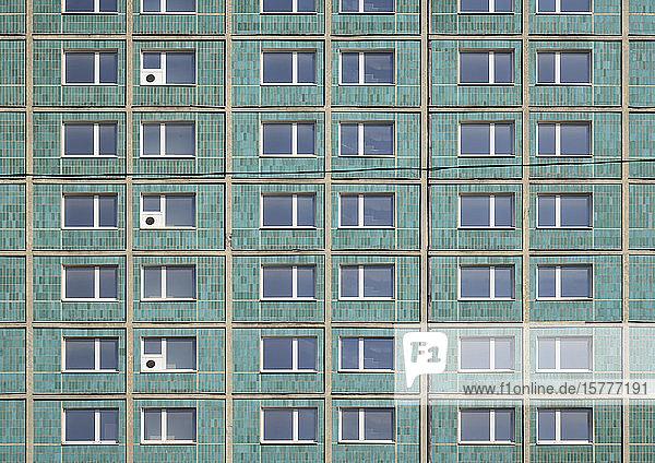 Hochhausfassade mit blauen Fliesen