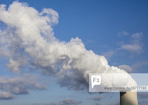 Rauchwolke vor blauem Himmel
