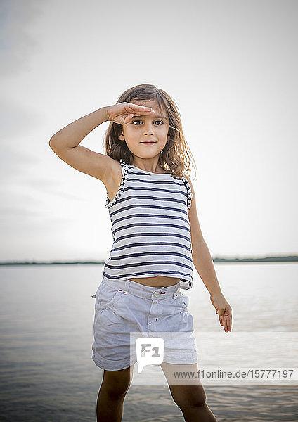 Mädchen in Sommerkleidung an einem See