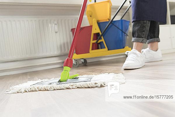 Reinigungskraft beim Boden wischen