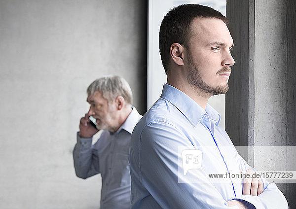 Zwei Geschäftsmänner  ernste Gesichter