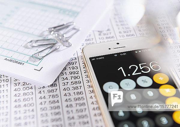 Steuerunterlagen und Taschenrechner
