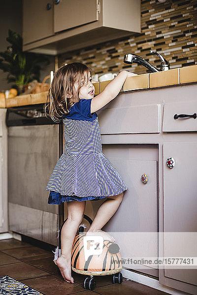 Mädchen an der Küchentheke stehend