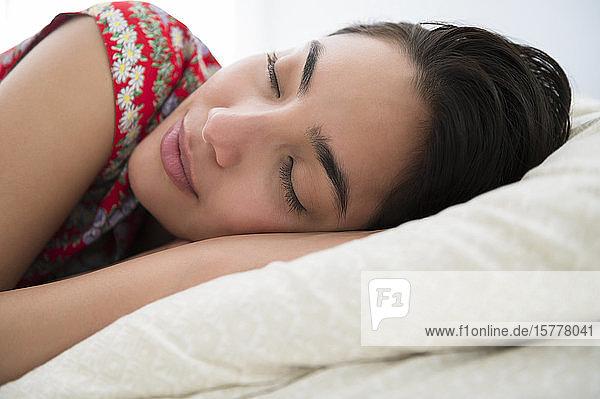 Schlafende Frau auf dem Bett liegend