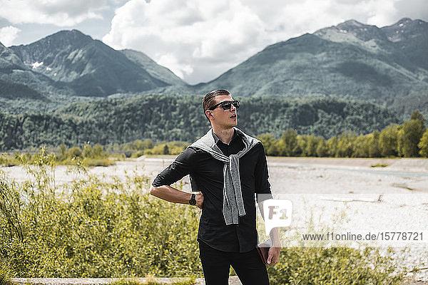 Geschäftsmann am Flussufer in den Bergen mit Blick nach draußen  Francenigo  Venetien  Italien