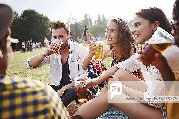 Freunde sitzen und genießen Musikfestival